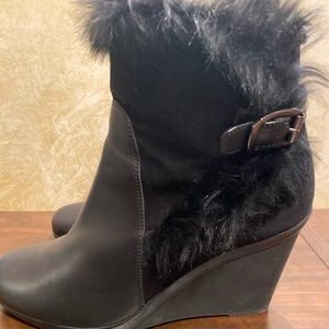 Water proof Aquatalia boots a fur trim
